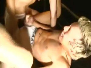 【ゲイ動画】やんちゃ系筋肉イケメンやEXILE系筋肉イケメンの三人が数珠つなぎ連結で過激ピストンする巨根3Pセックス!
