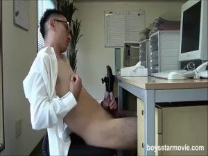 【ゲイ動画ビデオ】ヤバいぞ、この筋肉イケメンリーマン…オフィスデスクで巨根をひょっこりはん、シコシコ勤務中オナニーしてやがる…w