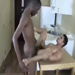 【ゲイ動画】マッチョ黒人のデカすぎ巨根に貫かれて喘ぎまくる筋肉イケメン外人! 打擲音が激しすぎる!