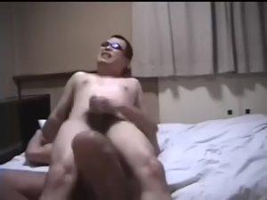 【ゲイ動画ビデオ】素人の激しすぎるハメ撮り動画! 巨根をザクザクにケツマンへとぶつけられて意識が半分飛んでいる筋肉イケメンゴーグルマン!