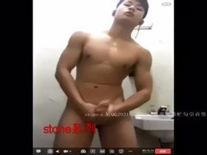 【ゲイ動画】シックスパックも巨根も自慢のアジア系筋肉マッチョイケメンが、破廉恥ポーズで自撮りしネット配信デカチン露出!