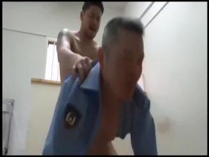 【ゲイ動画ビデオ】ぽっちゃり系中年K察官の密かな楽しみは、やんちゃ系ガチムチイケメン受刑者のチンポをしゃぶってケツマンを犯されること!