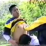 【ゲイ動画】サボリーマンを巻き込んで3Pするガチムチイケメンたち! 公園で新聞を読んでただけのスーツぽっちゃりイケメン、巻き込まれ青姦でイク!
