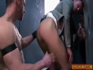 【ゲイ動画ビデオ】スーツのビジネスマン風な筋肉マッチョイケメン外国人が壁から伸びた巨根をしゃぶりながらケツマンを立ちバックでパコられる!