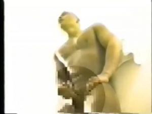【ゲイ動画ビデオ】日に焼けた肌に見事なマッチョボディを持つ筋肉イケメンの本性はドMで、スパンキングされただけでフル勃起しちゃうんです!