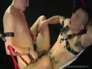 【ゲイ動画】イケメン西洋人に調教されるアジア系筋肉タトゥー美少年! ケツ掘りブランコに乗せられアナルをガン打ち!
