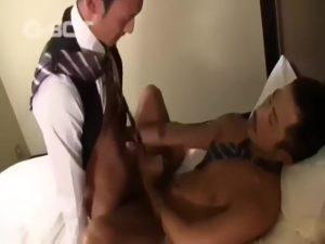 【ゲイ動画】髭ジェントルマンのゲイセックス! 筋肉イケメンリーマンがスーツ着たまま巨根をズコパコ着衣セックスで恍惚!