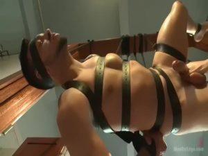 【ゲイ動画】バキュームフェラに玉舐め、足の裏くすぐり! 筋肉マッチョイケメン外人が二人の調教者に身体を弄ばれて悶絶射精!