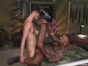 【ゲイ動画】「あんたの銃をくれよ」マッチョ黒人店員が経営するガンショップで、筋肉イケメン白人が巨根のタフさを見せつけるガン突きセックス!