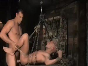 【ゲイ動画ビデオ】ミスをした外国人筋肉イケメン労働者は、マッチョな牧場主に縛られスパンキングや顔面騎乗位、そして拘束ファックのペナルティを巨根で与えられる!