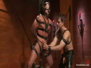 【ゲイ動画】柱に括り付けられた筋肉イケメン髭中年を、レザーファッションに身を包んだ筋肉美少年外国人が調教! ペニスを縛り上げたりと、慈悲はない!
