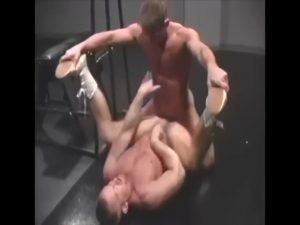 【ゲイ動画ビデオ】脂の乗ったガチムチマッチョ中年イケメン外国人が本気のレスリングで、負けた方はケツマンを巨根で制裁!