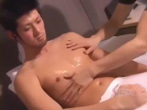 【ゲイ動画ビデオ】ライフセイバーしてるだけあっていい筋肉の素人ノンケイケメンのおちんぽをフェラ手コキでザーメン詐取♪