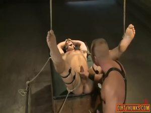 【ゲイ動画】外国人イケメンガチムチ中年イケメンが、筋肉イケメンを拘束目隠ししてスパンキングファック!