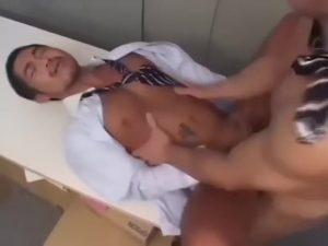 【ゲイ動画】日に焼けた肌が逞しい筋肉マッチョイケメンリーマンをバックから襲ってオフィスファックしちゃう筋肉先輩!