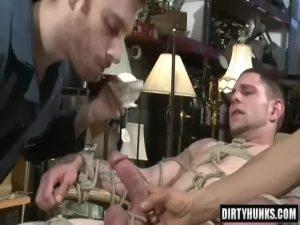 【ゲイ動画】全身を拘束されて手コキに電マ責め、アナルナメの3P陵辱を受ける筋肉イケメン外国人!