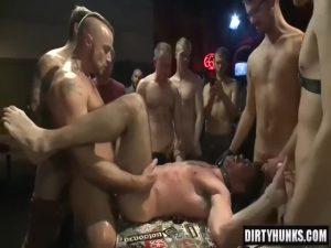 【ゲイ動画】輩の集まるパーで、筋肉マッチョイケメンが数え切れない野郎たちに輪姦され肉奴隷になる大迫力外国人ファック!
