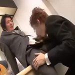 【ゲイ動画】後輩のスリ筋リーマンをオナホ代わりに口唇奉仕を命じていた筋肉先輩、椅子に括り付けられ逆襲レ●プ制裁を受けケツマンに巨根をねじ込まれる!