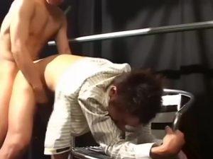 【ゲイ動画ビデオ】美しい顔をした筋肉イケメンリーマンが、ゴーグルマンの立ちバックの激しさにトロ顔堕ち! うっとりした恍惚の表情がたまらなくエロい!