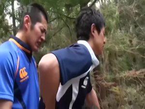 【ゲイ動画ビデオ】体育会系な三人の筋肉マッチョイケメンくんたちが森の中、車中でちんぽ丸出し青姦カーセックスで快感を貪っちゃいます♪