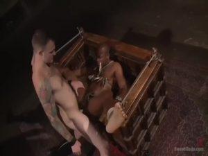 【ゲイ動画】ご主人様の命令は絶対! 黒人マッチョイケメンが拘束され、白人の筋肉イケメンにスパンキング、鉄魔羅調教のハードな仕置きを受ける!