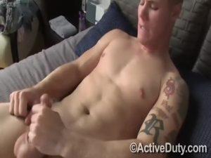 【ゲイ動画ビデオ】マッチョだけど童顔な筋肉イケメン外国人くんがカメラの前で巨根をしごきオナニーを見せる!