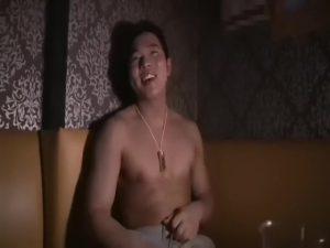 【ゲイ動画ビデオ】ゲイビデオが売れた記念に筋肉マッチョイケメン君にはカラオケボックスで全裸熱唱してもらってモロ感ちんぽを手コキしていただきました♪
