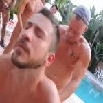 【ゲイ動画】プールウェイターである筋肉マッチョイケメンを、ガチムチ野郎やぽっちゃり中年外国人がよってたかって青姦輪姦!