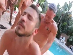 【ゲイ動画ビデオ】プールウェイターである筋肉マッチョイケメンを、ガチムチ野郎やぽっちゃり中年外国人がよってたかって青姦輪姦!
