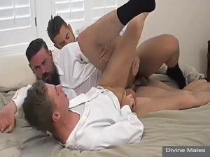 【ゲイ動画】筋肉イケメン外国人に中年ガチムチリーマンの三人が互いのケツマンに巨根を突っ込んだり突っ込まれたりの渾然一体3Pファック!