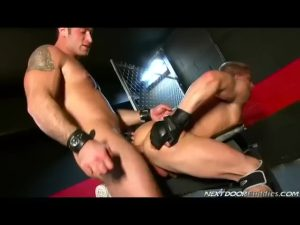 【ゲイ動画ビデオ】ダンディ過ぎる筋肉マッチョイケメン中年外国人が筋金美青年を拘束し巨根調教セックス!