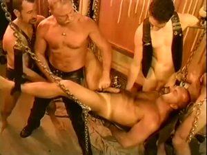 【ゲイ動画】拘束、玉はさみ、イマラチオ……ありとあらゆるSM拷問調教をしてゆく外国人中年、ガチムチイケメンたち!