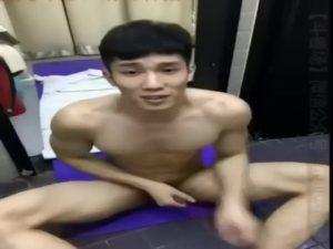 【ゲイ動画ビデオ】とんでもない筋肉を持つアジア系マッチョイケメンが自撮りしながら巨根を扱く公開オナニー!