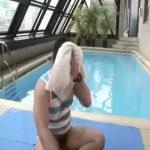 【ゲイ動画】水泳部な筋肉イケメンがゴーグルを装着したまま兄貴のデカチンをケツマンに受けるプールサイドセックス!