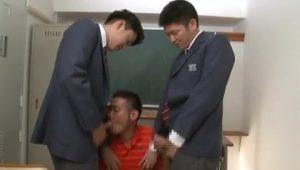 【ゲイ動画ビデオ】生意気強面中年体育教師には巨根でおしおき! EXILE系やんちゃDKイケメンが3P調教!