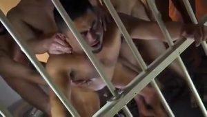【ゲイ動画】ガチムチマッチョなイケメン看守を囚人達が輪姦ファック! 溜まった濃厚ザーメンをぶっかけまくり!