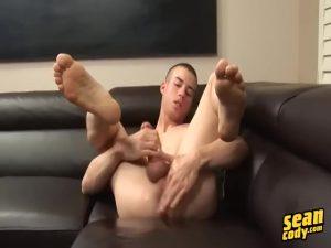 【ゲイ動画ビデオ】スリ筋イケメン外国人のオナニーをとくとご覧あれ! ちんぐり返しで手コキしたり、アナル指入れアナニーしたりと巨根を何度でもフル勃起させる持久力!