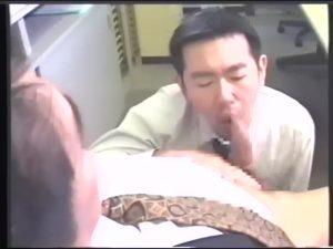 【ゲイ動画】筋肉イケメンサラリーマンは欲情したら同僚のケツマンをオフィスで掘りまくり! スーツが乱れザーメンが飛ぶ!