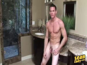 【ゲイ動画ビデオ】筋肉イケメン外国人のインタビュー、ランニング姿、そして巨根を大開脚で扱き立てる豪快オナニーを堪能せよ!