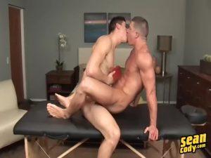 【ゲイ動画ビデオ】筋肉坊主イケメンをマッサージ、そして巨根をベロベロに舐めしゃぶってからデカチンを挿入する筋肉美青年外国人!