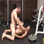 【ゲイ動画】筋肉マッチョな外国人イケメンがジムでトレーニングに囲まれて激震ファック! ぬぷぬぷとケツを犯す音がヤバい!