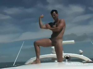 【ゲイ動画ビデオ】ガチムチマッチョイケメン外国人が船の上で巨根を扱きまくる解放野外オナニーを披露!