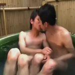 【ゲイ動画】筋肉イケメン、スリムイケメンが屋上のたらいプールでイチャイチャ水浴びゲイセックス♪ 子供みたいにはしゃいでキスして可愛い♪