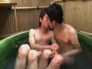 【ゲイ動画ビデオ】筋肉イケメン、スリムイケメンが屋上のたらいプールでイチャイチャ水浴びゲイセックス♪ 子供みたいにはしゃいでキスして可愛い♪