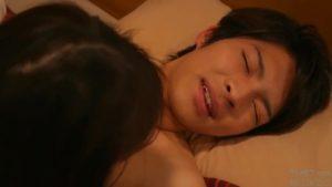 【ゲイ動画】筋肉美少年が優しいキス、そしてノンケセックス♪ 騎乗位で腰を使われるとガチでイキ顔を見せる美少年!