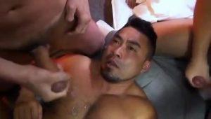 【ゲイ動画】筋肉マッチョな囚人達のザーメン管理もガチムチイケメン看守の仕事! ちんぽを吸って巨根で輪姦されまくって欲望解消!