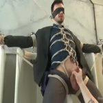 【ゲイ動画】公衆便所でオナニーをする筋肉スーツイケメンエリートを、マッチョ外国人達が亀甲縛りでお仕置きゲイセックス! 淫らな3Pで肌に食い込む黒い縄!