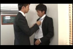 【ゲイ動画ビデオ】イケメンフレッシュ新入社員にクールな筋肉イケメン先輩がスーツ姿で性的指導♪ ちんぽの使い方を指導しちゃいます!