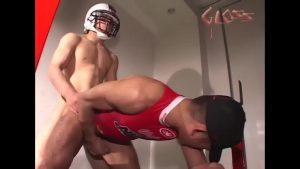【ゲイ動画】ユニフォームだけじゃなくヘルメットもつけたままの着衣セックス! スジ筋イケメンラガーマンの濃厚ゲイエッチ!