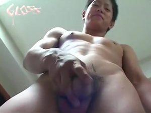 【ゲイ動画ビデオ】高●生にしか見えない筋肉イケメンが、カメラの前でぶっとい巨根をシコシコオナニーチャレンジ!